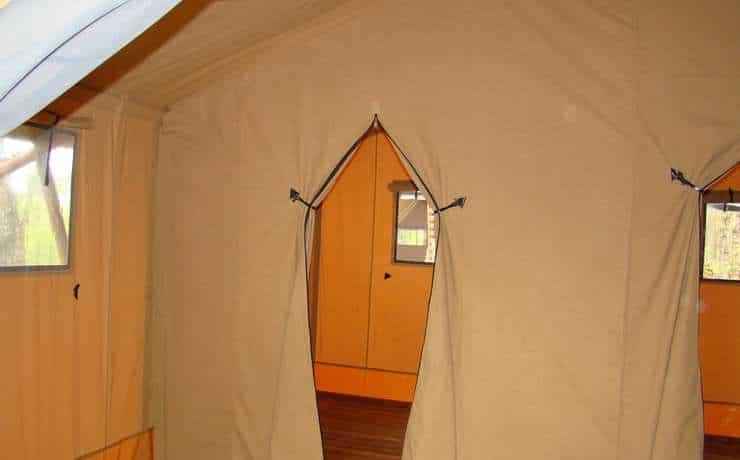 Camping Le Rêve - Mise en place des toiles intérieures pour les chambres