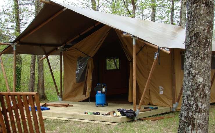 Camping Le Rêve - Pose des toiles extérieures
