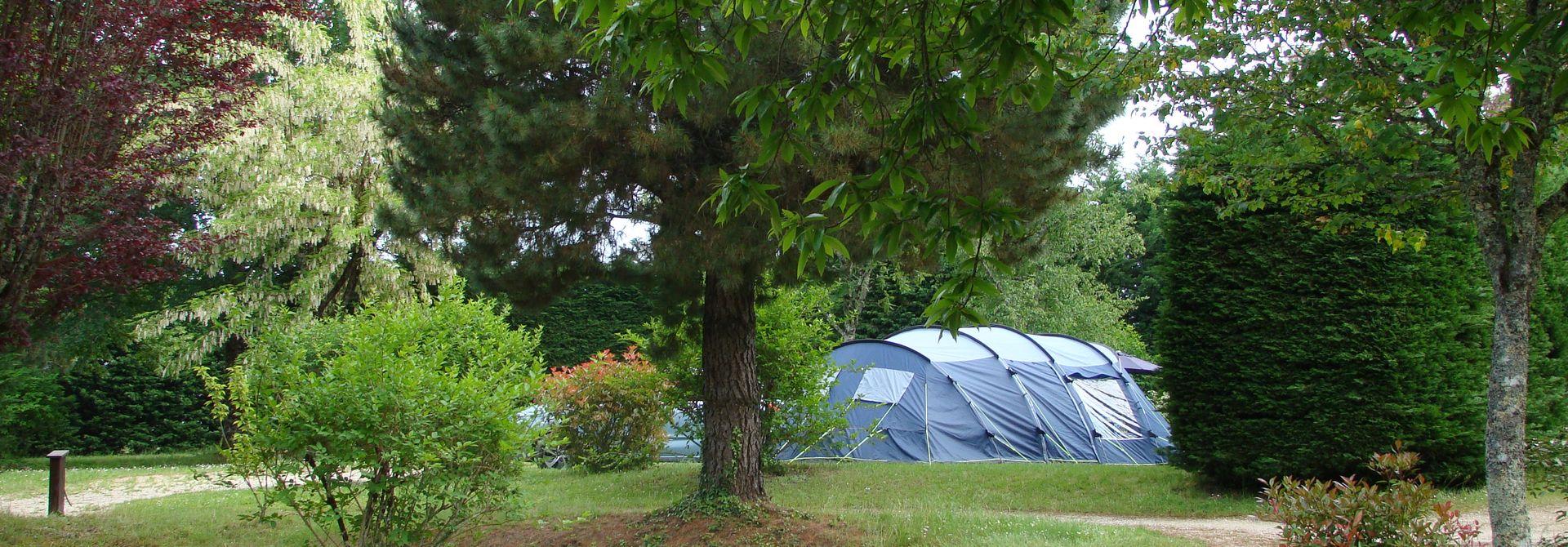 Petit camping nature dans le Lot - Camping Le Rêve - Parc arboré